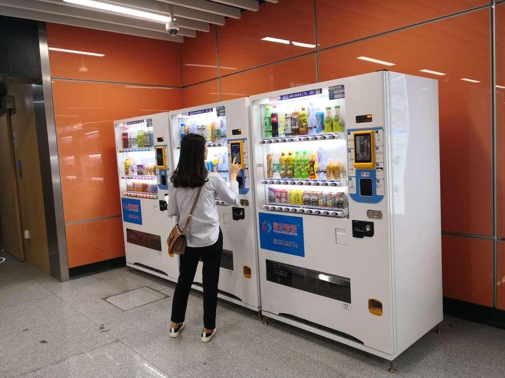 自动售货机多少钱,自动售货机哪家好,自动售货机,自动贩卖机 自动售货机,16年专注于为客户提供高品质自动售货机服务,免费安装服务热线4008800178.13711134774,致力于将优质的商品,便捷的服务带给消费者。 富宏智能集全国性运营及制造于一体,是率先与银联合作的售货机公司